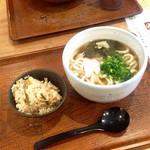 59729668 - とろろこぶうどん二玉(¥590) & 炊き込みごはん(¥200)                       この日の炊き込みごはんは味が濃過ぎることもなく美味しくいただけた。