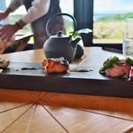 アマネム - 鰆、鮭、豚肉を炭火で。炙りの香りとその分厚さに感激。