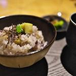 アマネム - 塩昆布を散らした八穀米の栗ご飯。この塩昆布が栗ご飯の味を引き締める。なんてことないが驚き!