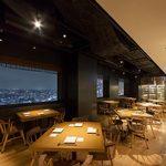 響 - 内観写真:窓際テーブル席/ダイニングテーブル席からはどちらの席からも夜景が見えます。