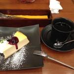 59737162 - 2016年10月:ニューヨークチーズケーキ~ブルーベリーソース添え~(\620)をケーキセット(+\350)にしました