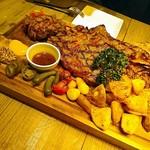 THE MEAT ANGUS - ドーンとお肉!!大きなウッドボードにのってやってきます☆野菜もゴロゴロ豪快です♪