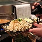 博多串焼きよかろうもん - 追加したちゃんぽん麺を撮ってる人。