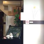 59741897 - 店内の壁の絵と牡蠣情報の黒板