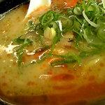 5975473 - 紅塩らーめんはベーススープの上に赤い塩タレが浮いた豚骨スープ。