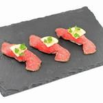 焼肉ダイニング GYUBEI - ローストビーフにぎり~トリュフソルト仕立て~ 当店こだわりの自家製ローストビーフを握り寿司に仕立てました。トリュフ塩でお召し上がりいただきます。