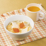 焼肉ダイニング GYUBEI - 【オレンジジュース付き】玉子と野菜のおうどん お子様でもご安心してお召し上がりいただけるお子様専用キッズメニューです。玉子と野菜のおうどん、オレンジジュースのセットです。