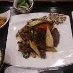 美食天堂 金威 - 日替わりランチ(牛肉と秋野菜の黒胡椒バター炒め)