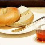 ヌーンプラスカフェ - ベーグル(クリームチーズ&メイプルシロップ) 300円