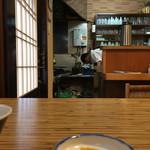 季節料理 三味 - 焼き場の見えるテーブル席