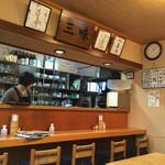 季節料理 三味 - 厨房とカウンター席