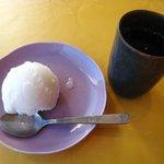 龍福園 - ('10/12)ライチシャーベットとお茶。お茶はこの一杯だけ。