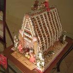 シーサイドホテル舞子ビラ神戸 - ロビーに飾られたお菓子のハウス