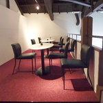 BOUTIQUE chihiro - 楕円のテーブルが並ぶイートインスペース