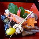ひのきざか - 鯖のお鮨、鶏もも肉のくわ焼き、海老を炊いたもの、柿をかたどった甘いお麩、茄子の焼物、など♪