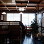 秋月 そば店 - 店内座敷席からテーブル席を眺める