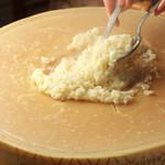 ベジテリア パッショーネ - 料理写真:名物!イタリア産 特大チーズのリゾット