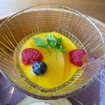 ひのきざか - 木苺とブルーベリーがあしらわれたマンゴープリンは果実感たっぷり!
