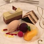 KKRホテル東京 - チョコレートとピスタチオのムース プチオペラ イチゴアイス フルーツ添え