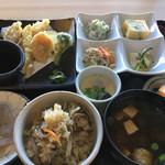 59784909 - ご飯は山菜ご飯か赤飯からの選択