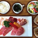 焼肉ダイニング GYUBEI - バラエティ焼肉ランチ《サラダバー&ライス食べ放題付》 カルビ、ロース、ハラミ、鶏モモ、豚トロのお肉を楽しめるバラエティ豊富な焼肉ランチセットです。