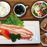 焼肉ダイニング GYUBEI - ハーブ三元豚のサムギョプサルランチ《サラダバー&ライス食べ放題付》 ハーブ三元豚のバラ肉を使ったサムギョプサルのランチセットです。