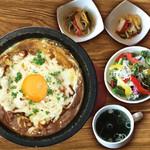焼肉ダイニング GYUBEI - 石焼チーズカレーランチ《サラダバー&ライス食べ放題付》 石釜で焼き上げたチーズカレーのランチセットです。スパイシーでホットな一品!