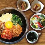 焼肉ダイニング GYUBEI - 石焼きビビンバランチ《サラダバー&ライス食べ放題付》 石釜で焼き上げたビビンバのランチセットです。出来たての熱々をお召し上がりください!