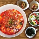 焼肉ダイニング GYUBEI - ユッケジャン麺ランチ《サラダバー&ライス食べ放題付》 牛テールスープで作るこだわりのユッケジャンスープに麺を加えたユッケジャン麺のランチセットです。程よい辛味が食欲をそそります!