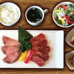 焼肉ダイニング GYUBEI - 牛タンと焼肉ランチ《サラダバー&ライス食べ放題付》 熟成牛タンとカルビを盛り合わせた焼肉ランチセットです。