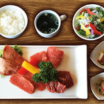 焼肉ダイニング GYUBEI - 熟成牛タンと赤身焼肉ランチ《サラダバー&ライス食べ放題付》 熟成牛タン、牛ヒレ、和牛上赤身、ロースのお肉を楽しめるバラエティ豊富な焼肉ランチセットです。