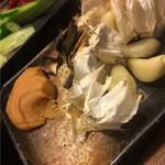 備長炭火焼ひかり鶏 - にんにく丸焼き