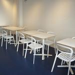 サンドイッチの店3 - 右手に並ぶテーブル席、この一番奥のテーブル席でいただきました