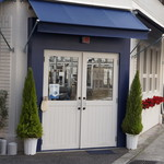 サンドイッチの店3 - ブルーとホワイトのカラー、とても神戸らしい外観
