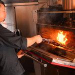 ASADOR DEL PRADO - 【高度な技術で焼き上げるグリル料理】 Josperは、遠赤外線効果で食材の中まで素早く火を通し、ジューシーさを保って美味しさを閉じ込め焼き上げます。しかし、Josperの扱いは簡単ではなく、本場スペインでは専門職人もいます。当店では熟練の職人がグリルを扱い、本場の味をご提供します。