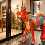 ASADOR DEL PRADO - カラフルな牛のオブジェが目印