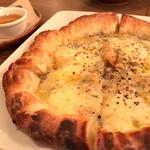 茶日 - ★★★☆ クアトロフォルマッジ もっちりとして引きの良いチーズとしっかりめの生地が美味しい。蜂蜜をかけるとさらに美味!