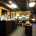 大極殿本舗 - 和菓子売り場店内       右奥が甘味処「栖園」       ここで立って順番を待ちます。