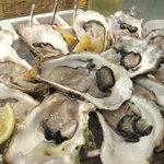 フィッシュ&オイスターバー 福岡キャナル・グランドプラザ店 - 牡蠣小屋で食べる焼きガキもいいけど、ナマが好きだったらオイスターバーという手もありますね。