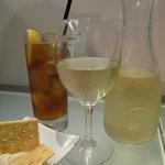 フィッシュ&オイスターバー 福岡キャナル・グランドプラザ店 - ハウスワインとジンジャーエール。