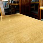福家そばや - テーブル席。相席対応有。