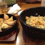 福一 - 料理写真:鉄鍋ギョーザ(小)420円、石焼チャーハン(半分)380円