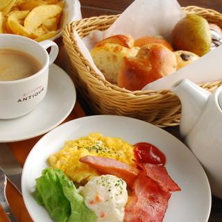 ワンプレートにパン食べ放題+ドリンク飲み放題【至福の60分】