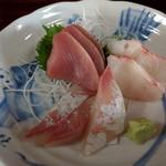魚料理 ホノルル食堂 - 料理写真:お刺身単品(メジマグロ、鯛、ワラサ)900円