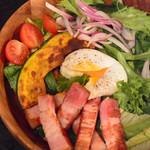 厚切りパンチェッタのリヨン風サラダ