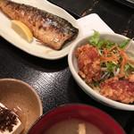 59859216 - 週替わりメニューの、                       鯖と唐揚げ定食。1000円。