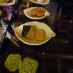 九份阿妹茶酒館 - お菓子、手前から緑豆糕・ゴマせんべい?・安倍川もちみたいな物・梅干し