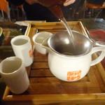 九份阿妹茶酒館 - スタッフが茶海へお茶を注いでいます。