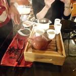 九份阿妹茶酒館 - 手前から、急須・湯呑・茶海・筒状の入れ物は香りを嗜む為の物