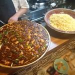 59863595 - 圧巻の大皿 麻婆豆腐と炒飯